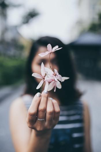 あのマハトマ・ガンジーが生涯を通して守り抜いた教えです。 誰も傷つけないやさしい言葉を使い、他者に感謝する。休みたい時は休み、自分も傷つけない。嫌な記憶を反芻せずに、自分を褒めて、物事に感謝する。  ふりかえってみてください。日々、タスクを詰め込みすぎていませんか?自分を労わっていますか?