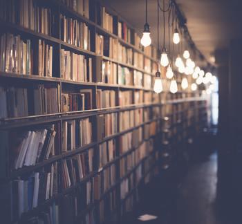 元々は「心を調える働きを持つ書物=マントラや経典」を読みましょう、という意味でした。現代的に解釈すると、新たな気づきをくれる本を読み、得た知識を実践して、人として成長していく必要性を説いています。