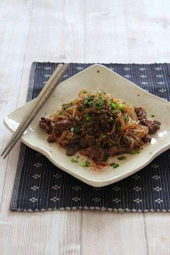 たっぷりのしらたきとちょっぴりのお肉で、すき焼き風の満足おかずが完成です♪仕上げに七味唐辛子を振ると、味が引き締まります。