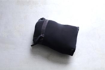 表面には撥水加工が施され防寒力にも優れており、本格的なダウンジャケットにもかかわらず、こんなにコンパクトにたためる便利でオシャレな設計。これなら、寒い地方への旅や、冬のかさばるアウターの持ち運びにも活躍してくれます。