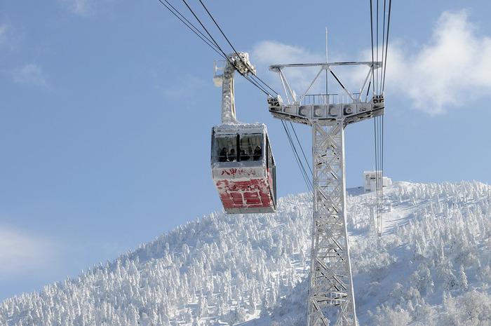 八甲田山頂に行くには、八甲田ロープウェーを活用しましょう。近くで樹氷を見るのもいいですし、空から一望するのも絶景です。