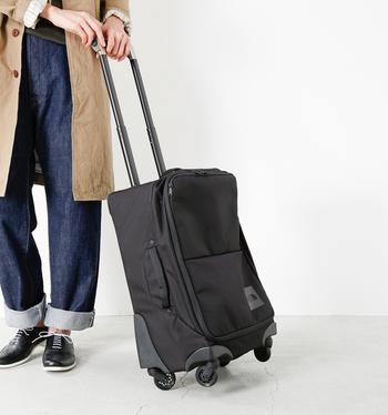 「THE NORTH FACE(ノースフェイス)」の、スタイリッシュな装いにも似合う黒を基調としたシンプルなキャリーバッグ。大手航空会社の機内持ち込みサイズでデザインした4輪ウィーラーで、ソフトケースながらもしっかりとした形状をキープしてくれます。容量は43リットルあり、2泊3日ほどの旅行に便利◎。
