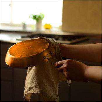 長く使える道具には、自分の手元で育てる喜びがあります。油を馴染ませ、お手入れを重ねることで、使いやすくなり愛着が生まれていく……そんな道具との暮らしを銅のお鍋から初めてみませんか?