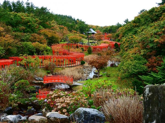 高山稲荷神社を俯瞰して見てみると、豊かな自然に囲まれた場所にあるということが分かりますね。春は新緑、梅雨はアジサイ秋は紅葉などと自然とのマッチングがとても素敵なんですよ。