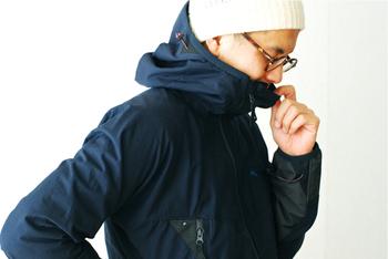 斜めのファスナーをさっと上まで締めれば、首からの寒い空気の侵入を防いでくれるデザインになっています。斜めのファスナーが口に当たらず計算された素晴らしいデザイン性の高いマウンテンジャケットです。