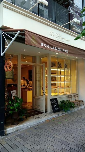 プレッツェルの看板が目印の「ル・ディマンシュ」では、メゾンカイザーで修行した職人が腕を振るうパンを楽しめます。白と薄い緑のすっきりとした外観がフランスらしい色彩で、トアロードの街並みにもぴったり。1階はショップで、2、3階がイートインスペースになっています。