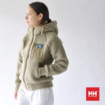 肩の部分がラグランスリープなので、タイトにきても動きやすいのもポイントです。モコモコ素材が愛らしく、コーディネートを選ばず着れる、大人可愛い冬のオススメアイテムです。