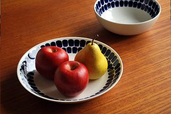 トゥオキオは直訳すると「束の間のとき」という意味。手描きのような味わいのある深いブルーの模様がとても素敵ですね。買ってきたばかりのフルーツをのせるだけで、まるで静物画のような美しさが生まれます。