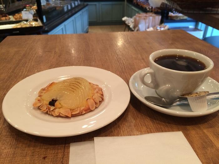 こちらの洋梨のタルトの甘さには、コーヒーがぴったり。ほかのドリンクメニューにはカフェオレ、紅茶、ワインもあります。フランスの庶民の味を楽しめるラタトゥイユ、トルティージャなどのフレンチ惣菜もあるので、それをおつまみにして大人なひと時を楽しむのもよさそうですね。