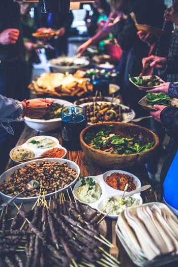食事制限は「dietary/food restriction」と表現することも出来ますよ。食事制限がある人がいる場合、ベジタリアンはどういう食事を摂る人なのか、宗教ごとに禁忌となっている食材は何か、といった基本的な知識もチェックしておきたいところ。  例) ベジタリアン:菜食主義 ビーガン:卵や乳製品もとらない菜食主義 ヒンドゥー教:牛肉を食べない イスラム教:豚肉を食べない ユダヤ教:鱗やヒレのない魚を食べない