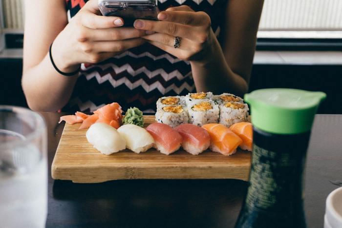 食事制限ではなくても、生魚が苦手という人や、この機会に試してみたい日本食があるという人もきっといますよね。  例)Do you like seafood?(海鮮は好きですか?) What kind of Japanese food do you like ?(どんな日本料理がお好きですか?)