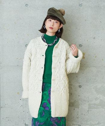 コートのように羽織ることもできる、ゆったりしたカーディガンです。手編みならではのしっかりした編地で温かいのが特徴です。