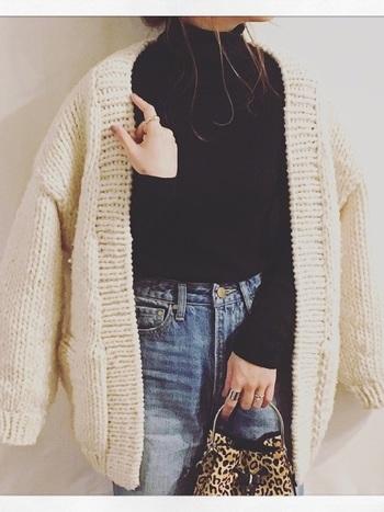 一目一目ていねいに編まれた「ハンドニット」は、機械編みでは表現できないナチュラルな雰囲気と温かみが特徴で、手編みならではの雰囲気が人気となっています。今年の冬は、ハンドニットを選んでみませんか?