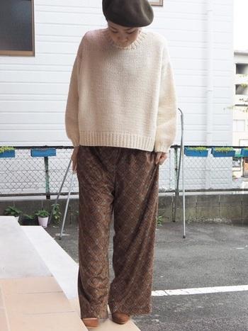 シンプルなセーターには、柄物のパンツがよく似合います。全体をベージュ&ブラウンで統一させることで、主張が強い柄物も、すっきりとした印象になりますよ。