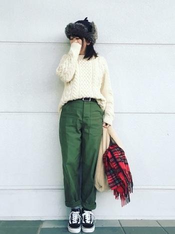 編み模様が可愛い手編みのセーター。ベイカーパンツやフライトキャップと合わせて、メンズライクなコーディネートに。