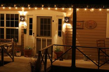 小さな電球がいくつも並んだ玄関ポーチはまるでイルミネーションのようで、そこに向かうのが楽しくなるような気分にさせてくれます。