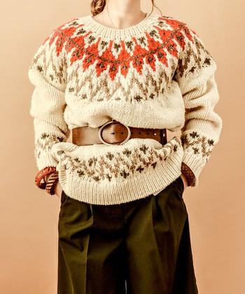 ゆったりとしたサイズ感で、レトロな雰囲気も感じさせるノルディック柄のセーター。そのまま着ても可愛いですし、ベルトでウエストを絞ると、さらにおしゃれに着こなせます。