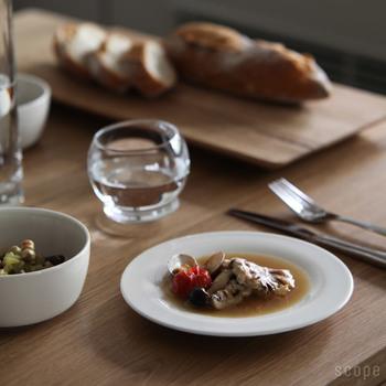 フォークとナイフを用意すると、こんなにきちんとした雰囲気に。日常使いもフォーマルなシーンでも使えるお皿というのはなかなかありません。