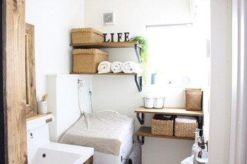 """洗剤やタオル、生活感が何かと集まるランドリー・バスルームは、素材を揃えた""""かご・バスケット""""で統一感を出すと、スッキリとまとまります。見せたく無い物を収納する時には、蓋付きのものを選んだり、タオルなどは、子供でも直接取り出しやすいように、低めに置いてあげると、使い勝手も良さそう。"""