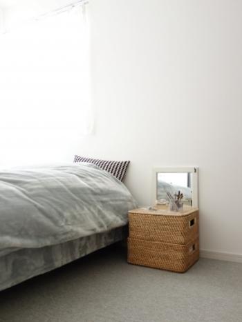 寝室には、あえて棚などを置かず、バスケットを使って収納兼、ドレッサースペースを確保。 こちらで使用しているのは、無印良品のラタンバスケット。同じサイズのものを2個重ねるだけで、使い勝手の良いコーナーの完成です。