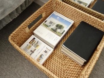 バスケットの中には、寝室で読む本や雑誌を収納しておけば、使わない時はスッキリ! 寝る前の、癒しのひと時にもサッと取り出せて、のんびり読書が出来そうです。
