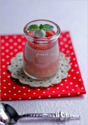 ミキサーで作る、簡単ムースのレシピ。イチゴのコンフィチュール、マシュマロの入った、見た目にもかわいらしいスイーツです♪