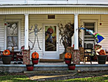 ハロウィン時の玄関のデコレーションです。ドアや壁にハロウィンらしいものを飾り付け玄関ポーチにカボチャを置けば雰囲気が出ますね。このように四季折々のものや季節のイベントを取り入れたあつらえは、訪れる人を楽しい気持ちにしてくれますね。