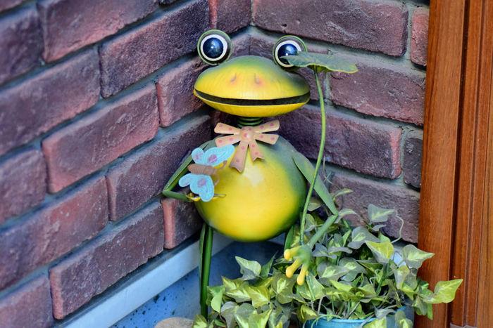 玄関を明るく楽しくしてくれるカエルさんに「傘の葉っぱ」を持たせれば、雨の日だって楽しい気分になれそうです。