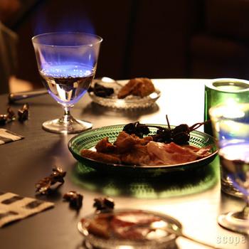 カステヘルミはカラーによって雰囲気を変えることができるうつわです。色の入ったカステヘルミはどこかクラシカルな印象で、食卓をあたたかく彩ってくれます。