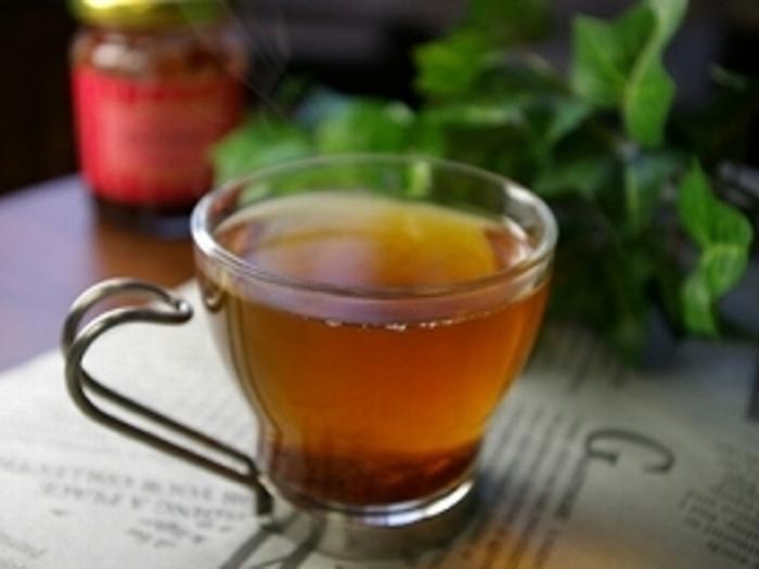 紅茶にイチゴのコンフィチュールを加えるだけの、冬に飲みたいあたたかな簡単ドリンクのレシピ。紅茶の渋みにイチゴの甘みが程良く広がります。
