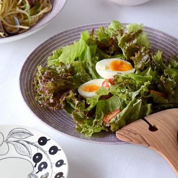 柄が大きく入っているプレートは、小さめのものを使うとおさまりがよくなります。ボリュームのあるサラダにはふちまで柄が入っているプレートがよく似合います。