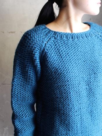 ハンドニットならではの味わいが感じられるシンプルな編地のセーターです。爽やかなブルーは、冬のコーディネートの主役として活躍します。