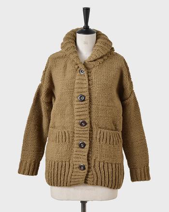 首元をしっかりと温めてくれる襟と、お尻が隠れる丈感が、おしゃれだけでなく防寒も叶えてくれるカーディガンです。