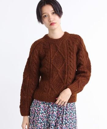 アラン模様がおしゃれなセーター。モヘアなのでふんわりと柔らかな手触りです。コンパクトなシルエットなので、さまざまな着こなしができますよ。