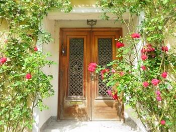玄関ポーチにお花があるとパッと華やかな印象に。