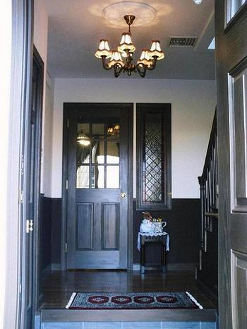 意外に見落としがちな玄関の照明。おうちの雰囲気を決める玄関だからこそライトにまでこだわりたいですね。アンティークライトでレトロ&シックな玄関に。