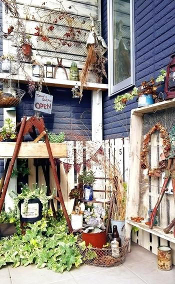 玄関ポーチを素敵にDIY。小さなお庭を作るような感覚で、好きなものたちを素敵に並べて。