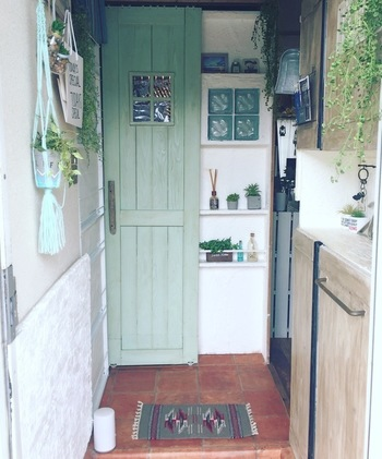 玄関まわりのインテリアや家具はなかなか買い替えたり買い足したり出来ないけれど、マットを替えれば簡単に表情の違う空間が演出できます。