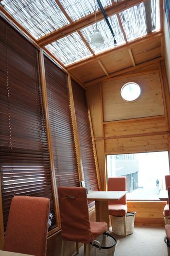 カフェスペースとして使用されている2階は、屋根裏部屋のような雰囲気。木の温もりが心地よく、長居したくなってしまうはず。