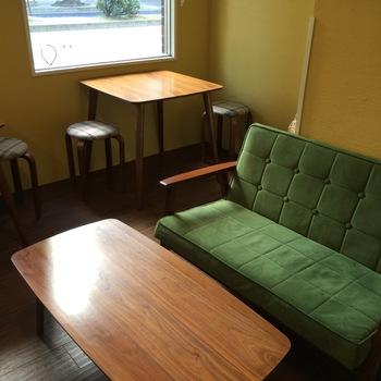 景色を楽しめる窓際の席のほか、大きめのソファ席もあります。ここに座って、買ったばかりのベーグルを食べたいですね。お友達と来ても、恋人と来ても、居心地が良くて会話が弾みそうです。
