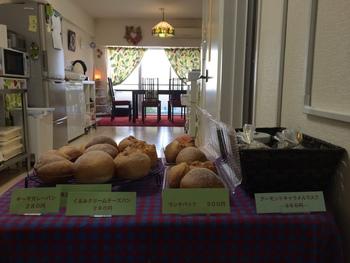 カレー屋さんがつくるキーマカレーパンはぜひ食べてみたいですね。ほかにはカレーチーズパンやカレーウインナーパンなども。食べ比べするのもよさそうです。