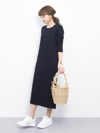 ワンピースでとびきりおしゃれに決めている日も、バッグはコレ!いい感じにヌケ感のあるスタイルになっています。