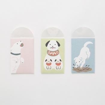 3種の犬の絵には仕掛けがあり、袋の蓋を開くと絵柄が変わって見えます。表裏も絵が違っていて、3ポーズの可愛い犬の姿が楽しめるんです。子ども達にも大人にも、喜んで貰えそうなポチ袋です。