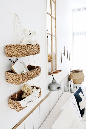 壁面かご収納のメリットは、ササっとアイテムを取り出せること。玄関口にはハンカチやティッシュ、カギなどを置いておくと、外出時に忘れることなく持ち出すことができます。