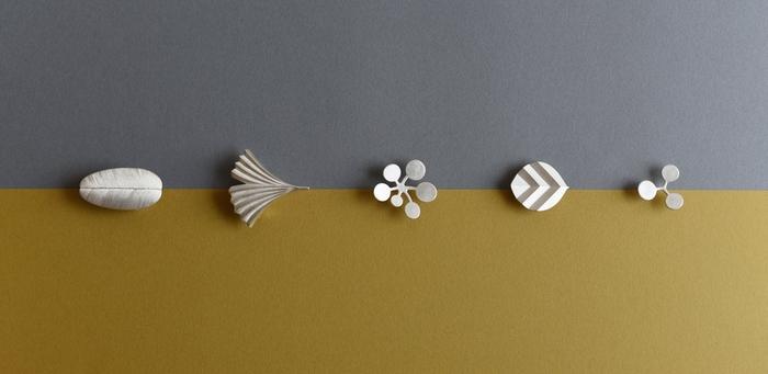 異なるデザインのブローチを重ね付けしたり、ブローチとピアスをお揃いで身につけたり。 自分好みのスタイルで自由に楽しめる『IN THE FOREST』のアクセサリーは、どれもずっと大切に愛用したくなる魅力的な作品ばかりです。 宮田さんのブランド「YURI MIYATA」のHPやインスタグラムから、自分にぴったりのアクセサリーを見つけてみませんか?
