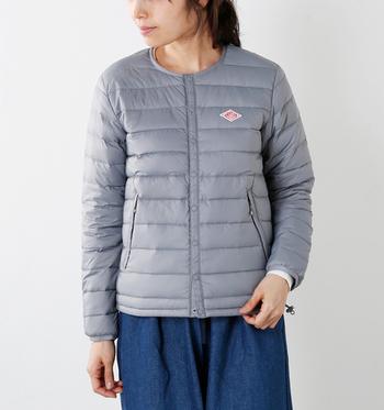 アウターを着てもモコモコしないように、程よい薄さでコンパクト。すっきりとしたノーカラーデザインが多いのが特徴です。