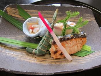 陶の辺料理「魚仙 」は、百年の歴史ある老舗料亭。琵琶湖の魚介など滋賀の食材を使った日本料理を、信楽焼の器でいただけます。焼き物好きのご主人が演出する華やかな盛り付けも料理の味を引き立てます。
