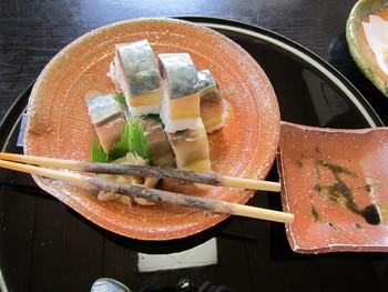 看板料理「忍すし」は、しその実やウリなどの溜まり醬油漬けが入ったサバの押し寿司です。お土産としても人気で、滋賀県の観光推奨土産品にも指定されています。