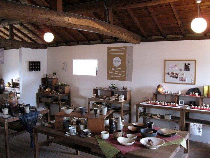 企画展や併設のショップで、明山窯をはじめとした信楽の作家さんの作品を展示・販売しています。