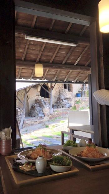 カフェから「登り窯」を見ながら、食事やお茶ができます。